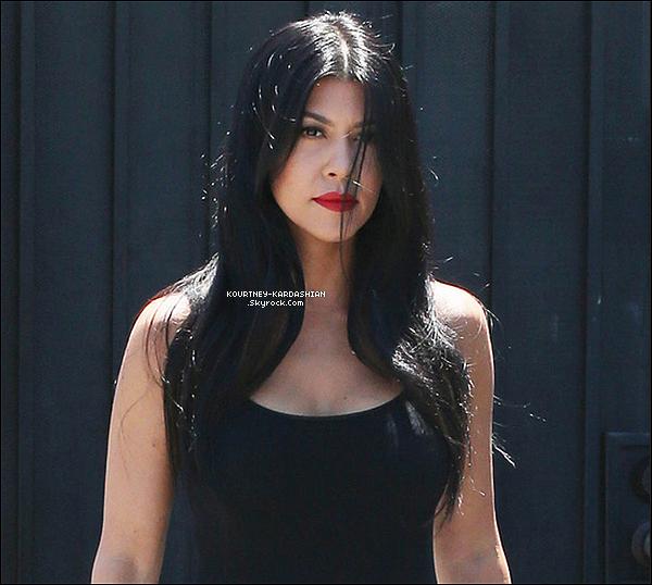 28/07/15 : Kourtney arrivant et sortant d'un studio de tournage à Van Nuys  situé à Los Angeles.Elle s'y est sûrement rendue pour enregistrer les scènes sur fond vert -où ils commentent- pour KUWTK  saison 11. POSTED BY CINDY ON JULY 30TH 2015