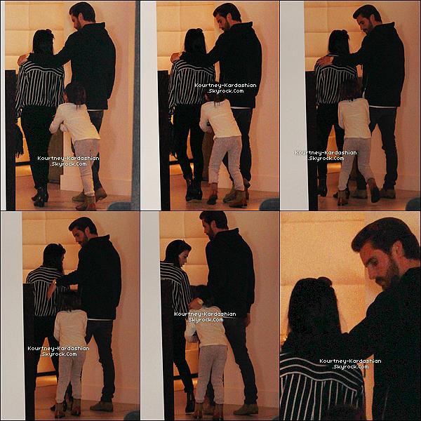 27/11/15 : Kourtney de sortie avec Mason et Scott -plutôt complices- dans un magasin de Beverly Hills.Le retour d'un couple, on ne peut rien affirmer. En tout cas les deux font beaucoup d'efforts pour le bien de leurs enfants. POSTED BY CINDY ON NOVEMBER 21TH 2015
