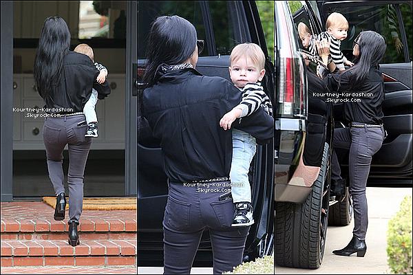 10/12/15 : Kourtney accompagnant son fils Reign a une classe de musique à Beverly Hills.La petite Penelope fait de la danse et Reign va désormais dans une classe de musique. Futur petits prodiges ? POSTED BY CINDY ON NOVEMBER 21TH 2015