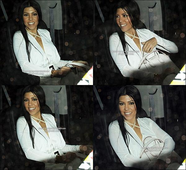 """11/12/15 : Kourtney arrivant au nightclub """"The Nice Guy"""" où l'attendait Justin Bieber et Corey Gamble.Elle est resplendissante tout de blanc vêtu, avec un big smile sur son visage et des cheveux lisses. Encore un beau Top. POSTED BY CINDY ON NOVEMBER 21TH 2015"""