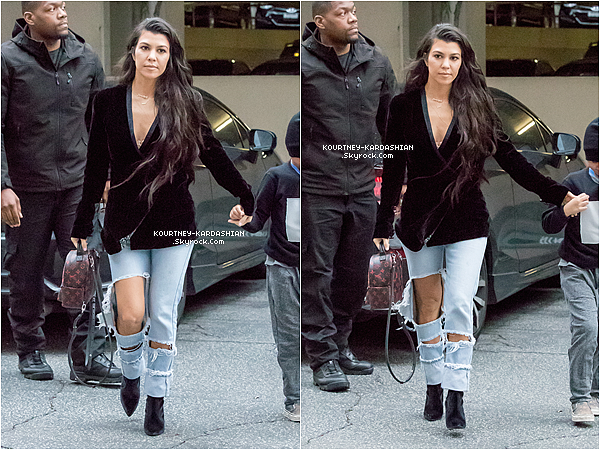 10.01.17 : Kourtney aperçue emmenant Mason à sa classe d'art quotidienne.Kourtney en bombe, cheveux sur le côté bouclé. On reconnaît bien son style, j'approuve !  POSTED BY CINDY ON JANUARY 14TH 2017