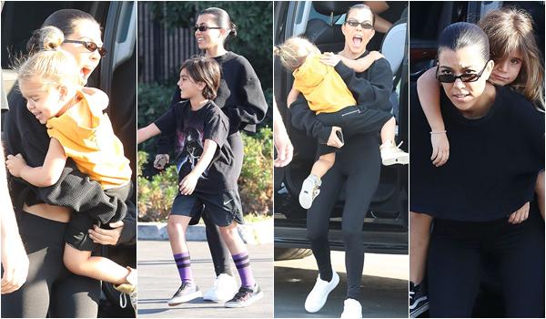 21.10.17 : Kourtney et ses trois enfants sur un parking à Los Angeles.Que de bonne humeur, pour une si belle petite famille, toute décontractée. TOP ! POSTED BY CINDY ON OCTOBER 23TH 2017