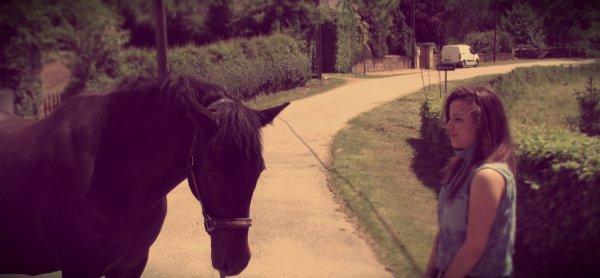 Cavalières d'un jour, femme de cheval pour toujours, telle est ma devise, mais devant cet être qui me charme temps, je me dit que ce seras bien plus que ça, car désormais ma vie est entre les sabots des chevaux!