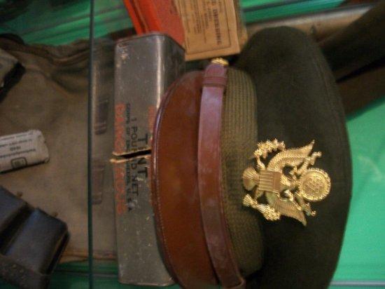 casquette d'officier de l'aviation americaine puis diver objet americain jaimerer quon me donne des info sur cette objet la casquette