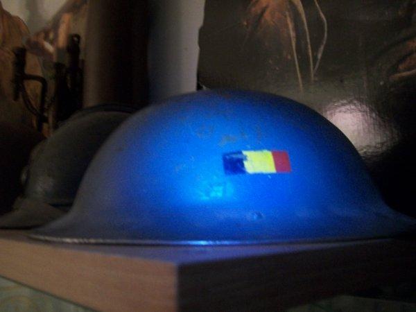 casque anglais utiliser par l'armée belge petit drapeau belge peint desu ( 'cado de mon beau pere prix d'achat 35¤ brocante )