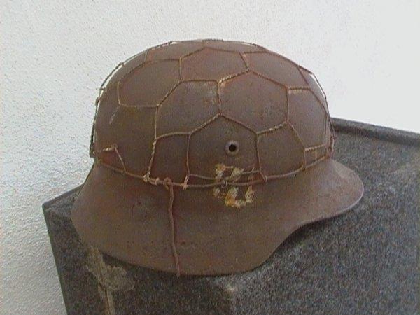 ma premiere tenue allemand mon uniforme model 40 et mon 1ere casque ss double insigne (merci a un mr tres gentil qui me les a vendu pour meme pas le prix des copie )