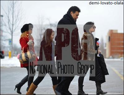 Le 25/12/10, demi a put quitter sont centre pour passer la journée de noël avec sa famille à Chicago (Illinois).