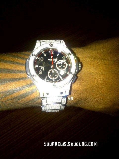 .        TWITTER TIME : Trey nous montre sa nouvelle montre.  .
