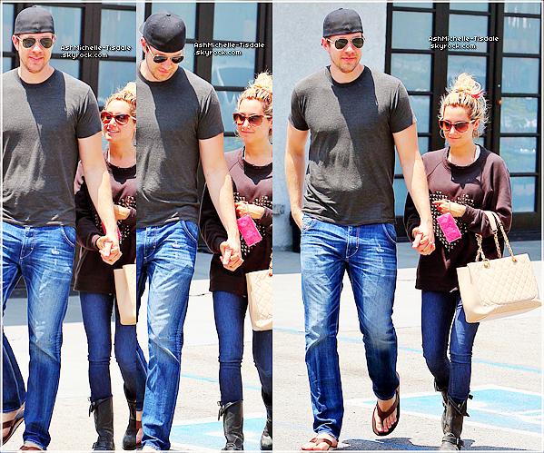 14/06/12 :Ashley Tisdale & Scott ont été aperçus a «Studio Cafe» à Studio City .