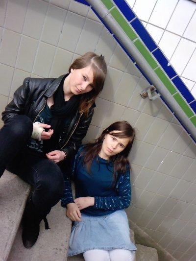 Ma grande-soeur et moi a la garre de Somain assise au escaliers