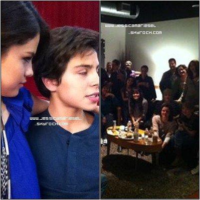 Voila 2 nouvelle photos provenant du Twitter de Selena ! Selena tiens a Jake apparement ;)