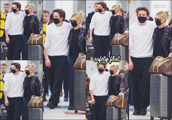 14/03/20 - Nicola Peltzet  Brooklyn Beckham ont été photographiés arrivant à l'aéroportJFK de New-York ! Coronavirus oblige,le couple portait des masques pour se protéger.  Nicola portait une tenue confortable pour prendre l'avion  ••