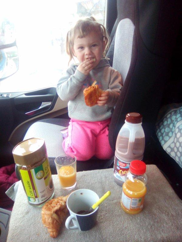 Ma fille Sylvia qui déjeune dan mon camion