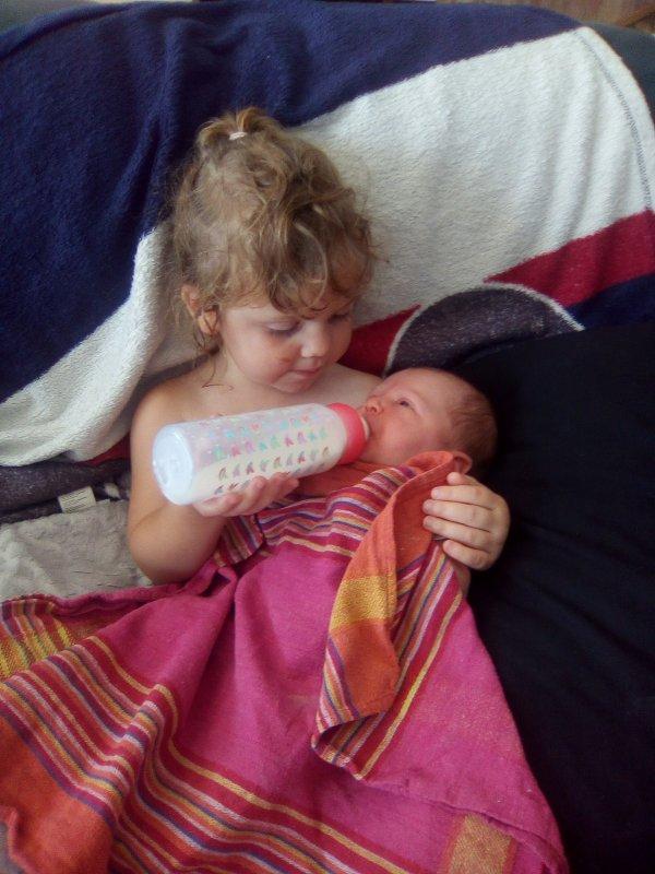 Sa ces ma fille Sylvia qui donne à manger à sa p'tite s½ur 😘😍