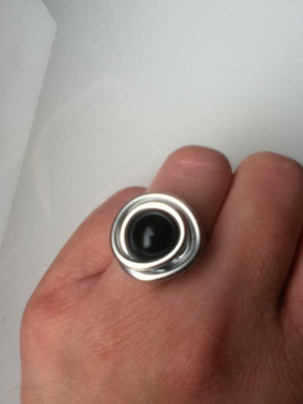 Bague en fil d'aluminium et perle noire.
