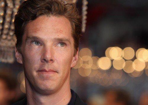 Benedict était à la première du film Anna Karenina à Londres, mardi 4 septembre (il ne joue pas dans le film) Deux vidéos de Benedict signant des autographes à des fans ici et ici. Plus de photos ici et  ici.