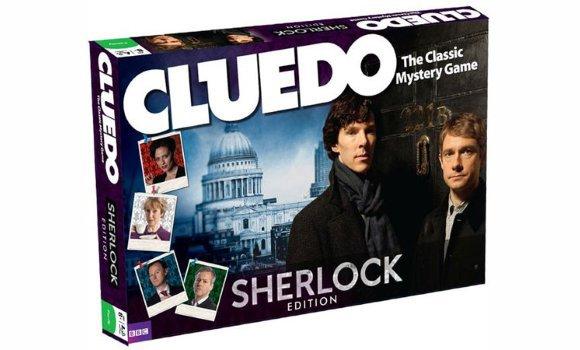 """Un Cluedo Sherlock ? Un Cluedo Sherlock est vendu sur Amazon.co.uk (pour le moment hors-stock) pour 29.99£, ici. Les fans de la série ont également créé un plateau de jeu et des cartes. Le but est de trouver qui a tué Anderson. Les règles ici. Le jeu n'est pas encore officiel. Petit Bonus : une vidéo tirée de l'épisode """"les Chiens de Baskerville"""" ici."""