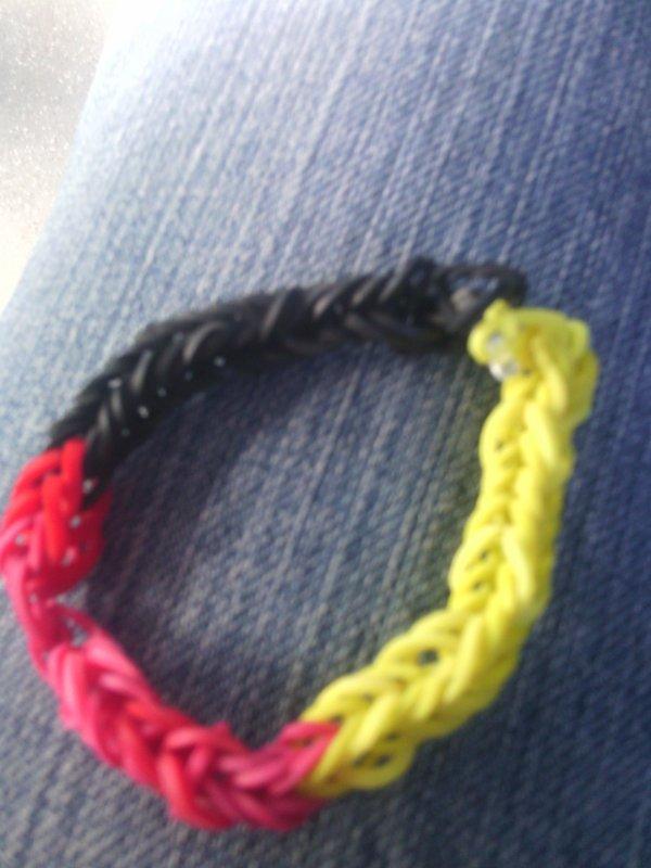 Même le bracelet fait par ma nièce aux couleurs de l'Allemagne *-* <3