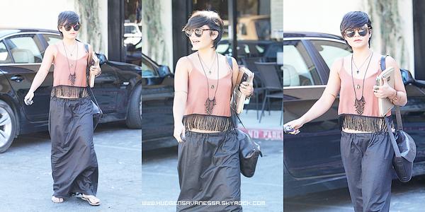 31 août 2011 ; Vanessa sort du restaurant Mare'ka en compagnie de son amie Laura New.