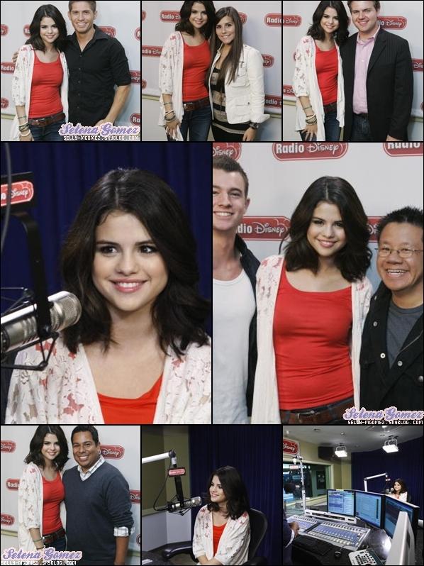 """- 22 septembre 2010 : Notre magnifique Selena était dans les studios de la radio """"Radio Disney"""" et a _________________-_comme à son habitude posé avec des fans pour leur plus grand bohneur ! -"""
