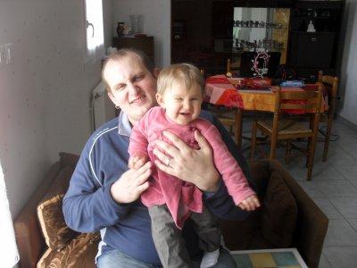 mon homme et notre fille qui font tous les 2 une grimace