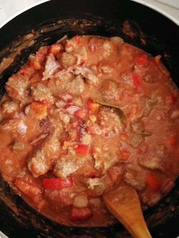 Recette carbonnade à la portugaise.               604kilos  de viande de boeuf en morceaux  1 poivrons rouges moyens  1/2 oignons   1 morceau de chorizo (environ 15cm)  1 boite de tomates pelées  15cl de porto rouge  3CS de farine  2 feuilles de laurier  2CC de paprika  huile d olive ou margarine                                          Eplucher l oignons et le couper en gros morceaux, laver le poivrons puis les couper en 2 pour ôter les pépins et les couper en gros morceaux,  du chorizo pour le couper en 2 puis en grosses tranches ... réserver.                              Dans une casserole faire chauffer un peu de matière grasse et y déposer les morceaux de viande (nettoyés de leur gras et recoupés si nécessaire) ainsi que les oignons  Laisser dorer les morceaux de viande en remuant de temps en temps  Singer la viande c-à-d saupoudrer la farine sur les morceaux et bien mélanger pour les enrober de farine, ça fera un épaississant naturel pour votre sauce  Déglacer avec le porto puis ajouter le reste des ingrédients dans la casserole                            Poivrons, chorizo, laurier, paprika, tomates pelées ainsi que du sel et du poivre du moulin ... verser un peu d'eau puis couvrir la casserole et faire mijoter à petit feu pendant au moins 4h  L'idéal étant de préparer ce plat la veille et de le réchauffer quelques heures le jour J                  Rectifier l'assaisonnement selon votre goût et verser la carbonnade dans un grand plat dans lequel chacun se servira régaler vous bien bon appétit