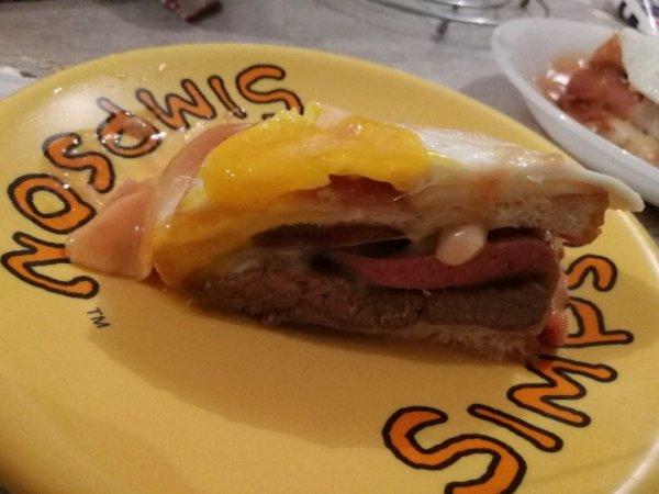 recette originale de la Francesinha:   Ingrédients Sauce (pour 4 personnes): 1 bière 1 bouillon knor viande  2 Feuilles de Laurier 1 cuillère à soupe de margarine 1 Tasse de vin du Porto 1 cuillère à soupe amidon de maïs 2 cuillères à soupe de sauce de tomate Environ 100 ml de lait/ou d'eau (pour défaire l'amidon de maïs) Piri-piri au goût si vous le désirez  Sandwich (1 personne): 4 tranches de pain de mie épaisses si vous trouvez  Tranches de Jambon  Tranches de Fromage flamand au goût (q.s.) 1 Saucisses fumé (linguiça) et 1 saucisse frâiche grillées 1 steak (mince) de veau/ou boeuf/ou porc grillé 1 oeuf frit (pour mettre sur le dessus, optionnel).                                                     Chorizo si vous aime pas les saucisse grille                                                             Préparation Doit commencer par dissoudre bien le bouillon knorr dans la bière, dans une casserole au feu et ajoutez les autres ingrédients sauf l'amidon de maïs et le lait. Remuez constamment pendant 5 minutes. Dans une tasse, doit dissoudre l'amidon de maïs avec le lait froid ou l'eau et ajoutez au mélange précédent, en remuant jusqu'à rester une sauce légérement épaisse. Retirez les feuilles de laurier et écrasez bien la sauce obtenue avec une baguette magique. Réservez la sauce. Pour le sandwich, doit griller légérement les tranches de pain, ensuite placez sur le dessus tranches de jambon, le steak de veau/boeuf ou porc grillé, les saucisses (fumé + fraîche) grillées coupées en deux (verticalement), tout en couches. Rajoutez du chorizo si vous aime pas les saucisse grille pour remplacer  Couvrez le sandwich avec l'autre tranche de pain et ensuite placez les tranches de fromage sur tous les côtés, pour couvrir bien le sandwich. Arrosez le sandwich avec la sauce réservée et mettez au four pendant environ 15/20 minutes à 180ºC pour faire fondre le fromage et chauffer bien la sauce. Une fois bien chaude, retirez du four, placez un oeufs frit sur le dessus (optionnel)