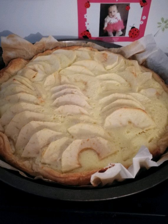 Recette tarte aux pommes à l'alsacienne   - 1 pâte feuilleté ou brisée - 3 à 4 pommes - 2 ½ufs - 100 g de sucre - 2 à soupe de crème fraîche épaisse.                   -10cl de crème liquide                                               -2 sachet de sucre vanille   - Déroulez une pâte feuillete ou brisée. Mettez la pâte avec le papier sulfurisé dans un moule à tarte et piquez le fond avec une fourchette mettre un autre papier cuisson par dessus et mettre des haricot ou autre sec pour faire cuire la pâte à blanc . Laissez cuire à blanc 10 minutes dans un four à 170° aplatissez les boursouflures avec une fourchette au fur et à mesure de la cuisson. -Dans un saladier battez 2 oeufs avec les crème fraîche et les sucre. -Epluchez les pommes, coupez-les en Tranche et  disposez-les en rond sur la pâte. -Versez le mélange crème et ½ufs sur la tarte et laissez cuire 30 minutes à 170°. Sortez la tarte du four et laissez refroidir sur une grille bon dessert .