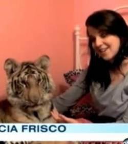 Une Américaine de 17 ans a pour animal domestique un tigre du Bengale pesant 45 kilos. L'animal et l'adolescente dorment ensemble