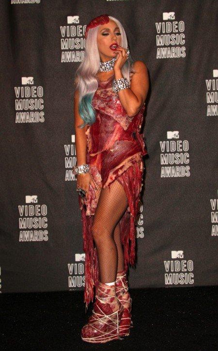 :-# Elle découpe son chat pour se faire un costume de Lady Gaga :-#
