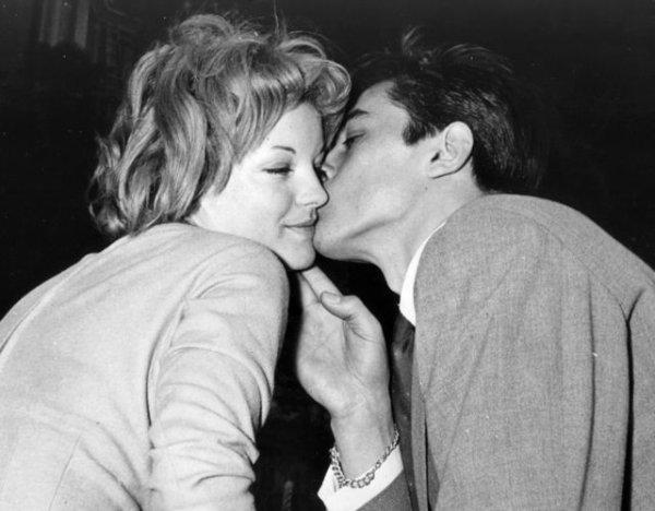 """""""La grande tactique des femmes est de faire croire qu'elles aiment quand elles n'aiment pas, et lorsqu'elles aiment, de le dissimuler."""" Jean Cocteau"""