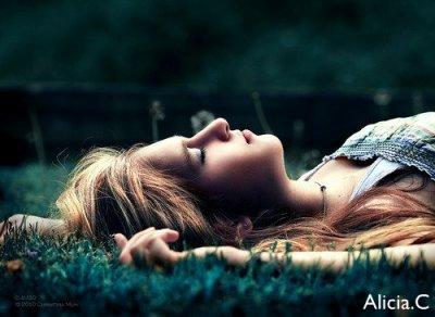 """Tu m'écris des """" je t'aime """" qui me prennent en otage. C'est tout ce que t'as trouvé pour pas tourner la page.."""