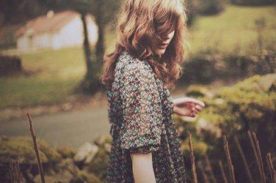 J'veux pas paraître comme la fille qui ne sourit jamais parce qu'elle a le coeur brisé. Mais j'veux seulement paraître comme la fille qui illumine la vie des autres. Même si elle n'arrive pas à illuminer la sienne pour le moment.