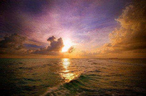 Mais la vie sépare ceux qui s'aiment. Tout doucement, sans faire de bruit et la mer efface sur le sable les pas des amants désunis.