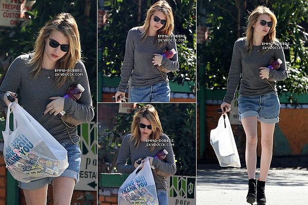 12 Novembre 2010 : Emma, dans un lavage de voiture à L.A. Wow Em' revient, avec des Top !    13 Novembre 2010 :  Em' achetant des magazines. Toujours à LA ! Magnifique miss Roberts !