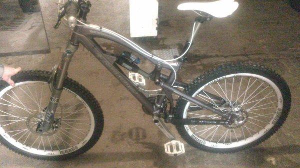 Mon nouveau vélo '' Santacruz nomad en 160 avec une fourche fox et un amorto fox ''