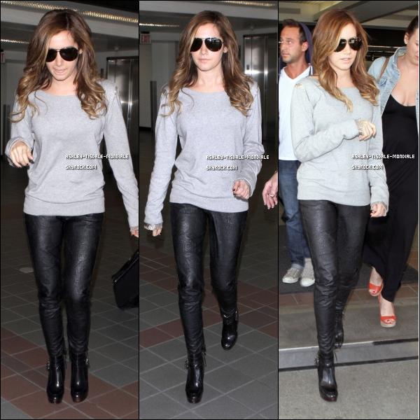 . 16/04/11 Comme vous pouvez le voir notre magnifique Ashley Tisdale étai a l'aeroport de LAX soi Los AngelsComment trouvez vous sa tenue ? pour moi c'est un Top et vous TOP FLOP ou BOF ? .