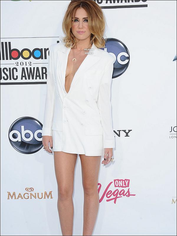 20 mai 2012 ♦ Miley aux Billboard Awards 2012 d'abord sur le white carpet, puis sur scène pour remettre un prix à Wiz Khalifa, et enfin dans les backstages. Je la trouve vraiment sublime et sa tenue lui va à ravir ! Un gros top ! Et vous vous en pensez quoi ?