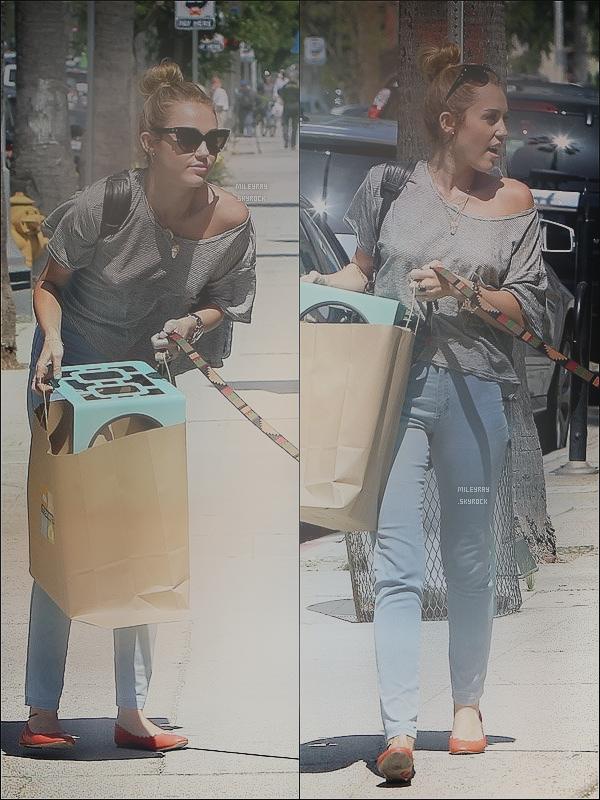 20 mai 2012 ♦ Miley et sa maquilleuse étaient à l'aéroport de Burbank, CA. Un flop pour miss Cyrus ! & toi t'en pense quoi ?