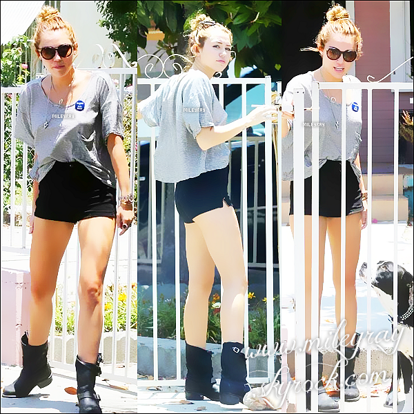 2 JUIN ▬ Miley se promenant avec sa chienne Mary Jane à Los Angeles, CA.