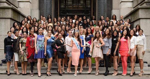 27 Nov. 2014 | Concernant la belle Flora Coquerel ; elle est à Londres pour Miss Monde 2014, et participe à divers activités avec les autres candidates.