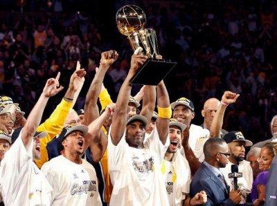 Sa c'est mon équipe que je supporte en NBA les Lakers de los angeles l'homme qui a soulevé le coupe c'est Bryant mon surnon le meilleur basketeur du monde en ce moment .