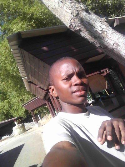 C'est moi dans le soleil on se prepare pour l'eps j'etais en forme car j'avais mangé beaucoup mdr .