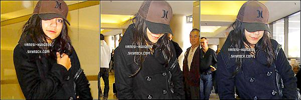 - 09.01.11 - V. a été apperçu sortant de sa maison pour se rendre a l'aéroport de LAX dans L.A !  -