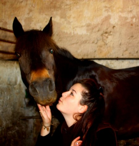 ; La compliciter fusionel entre un etre humain et un cheval.. C'est sa qui est fabuleux ! Est oui. C'est sa qui fait mon bonheur chaque jours, c`est pour cela que je suis heureuse chaque jours passer a ses cotés..