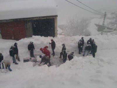 adfel acebḥan, swudem-is aberkan,la neige blanche avec son visage noir!!