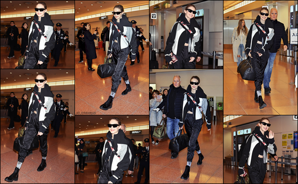 """"""" •  25/01/18    —  Notre magnifique Gigi  Hadid à été photographiée arrivant tout juste  à l'aéroport de Tokyo, situé au Japon.La présence de la jeune femme au Japon n'est autre que pour sa collaboration avec la célébre marque de make-up « Maybelline ». Flop !  """""""