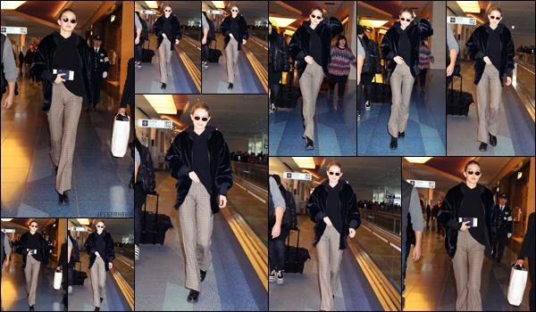 """"""" •  27/01/18    —  Notre magnifique Gigi  Hadid à été photographiée arrivant tout juste  à l'aéroport de Tokyo, situé au Japon.C'est après un court séjour de seulement deux jours au Japon que Gigi repart deja chez elle à New York City. Flop total pour cette tenue.  """""""
