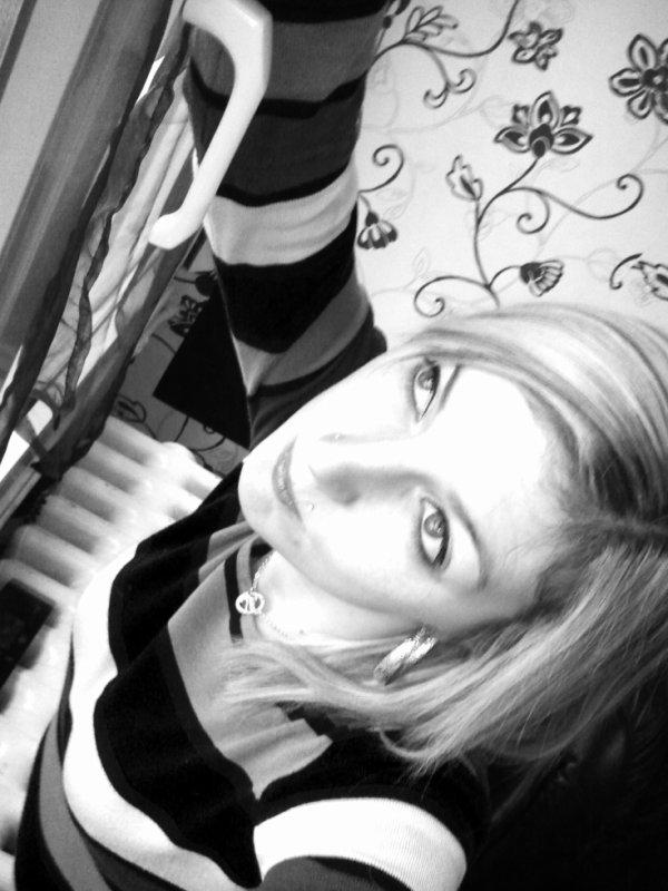 Lui, il m'a brisé le coeur. Toi, tu as simplement brisé ma vie.(A)