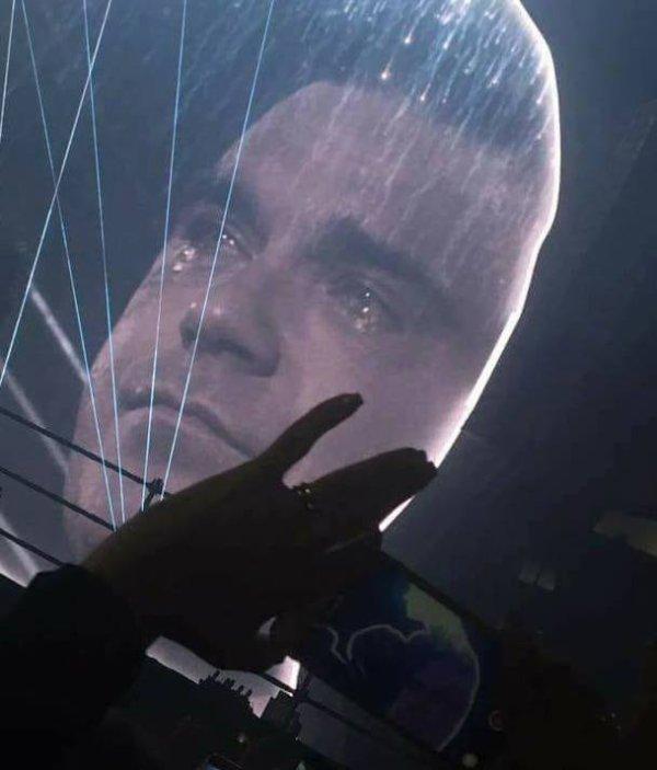 Robbie Williams le 2 juin 2017  en larmes pendant ANGELS en hommage à manchester